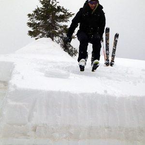 Ultimo salto per il test del blocco di slittamento durante il corso di neve e valanghe