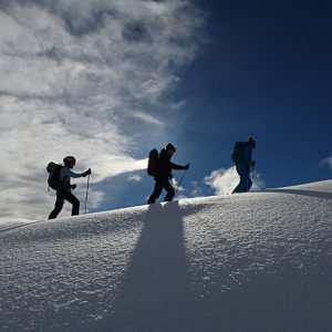 Gruppo di scialpinisti in salita