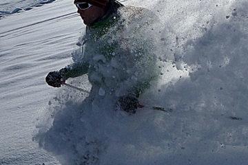 Neve polverosa fantastica durante una giornata di freeride in Stubai