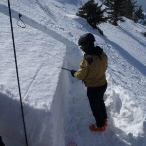Preparazione del test dell'ECT (extended column test) durante il corso neve e valanghe