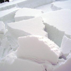 blocchi della neve di una valanga a lastroni