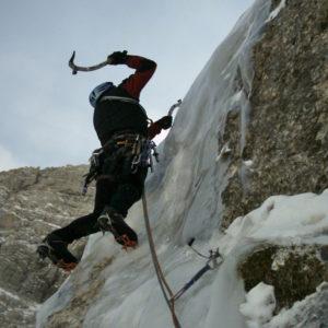 In apertura di questa cascata di ghiaccio nelle Alpi Giulienelle