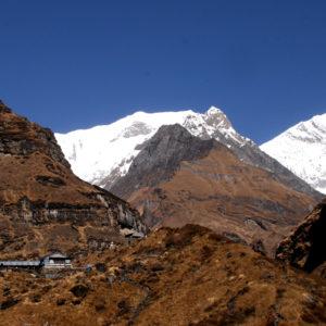 Nepal, trekking del Santuario dell'Annapurna. Avvicinandoci alle montagne si incontrano solo i Lodge