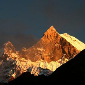Nepal, trekking del Santuario dell'Annapurna. Il Macchapucchare di sera. La montagna Sacra e inviolata