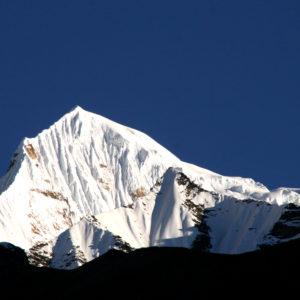Nepal, trekking del Santuario dell'Annapurna. La parete est del Singu Chuli, chiamato anche Fluted Peak per le caratteristiche rigole