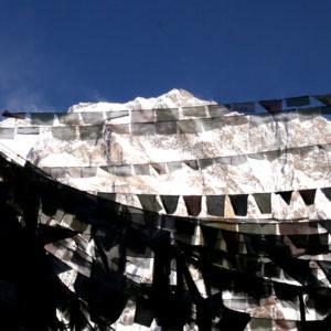Nepal, trekking del Santuario dell'Annapurna. Dal Campo Base vista sull'Annapurna con le bandierine delle preghiere