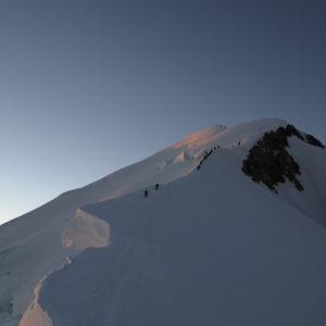 La cresta che porta verso la cima del Monte Bianco dalla Capanna Vallot, l'Arete de les Bosses
