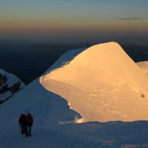 Ombre e luci al mattino salendo lungo la cresta de Les Bosses verso la cima del Monte Bianco