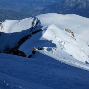 Scendendo lungo l'Arete de Les Bosses. In lontananza, alla base della cresta, si intravede la Capanna Vallot