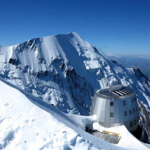 Rif Gouter al Monte Bianco con sullo sfondo l'Aiuguille du Bionnassay