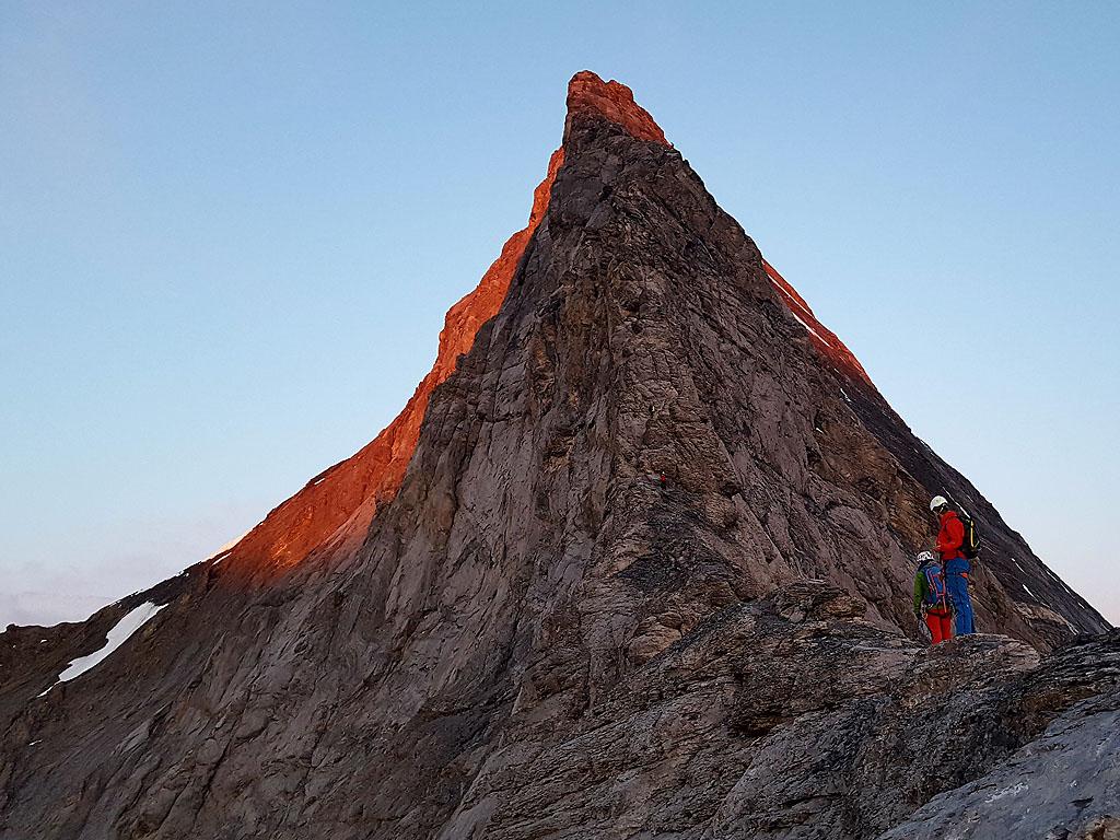 La cresta Mittellegi all'alba dall'omonimo rifugio che sale sulla cima dell'Eiger nell'Oberland