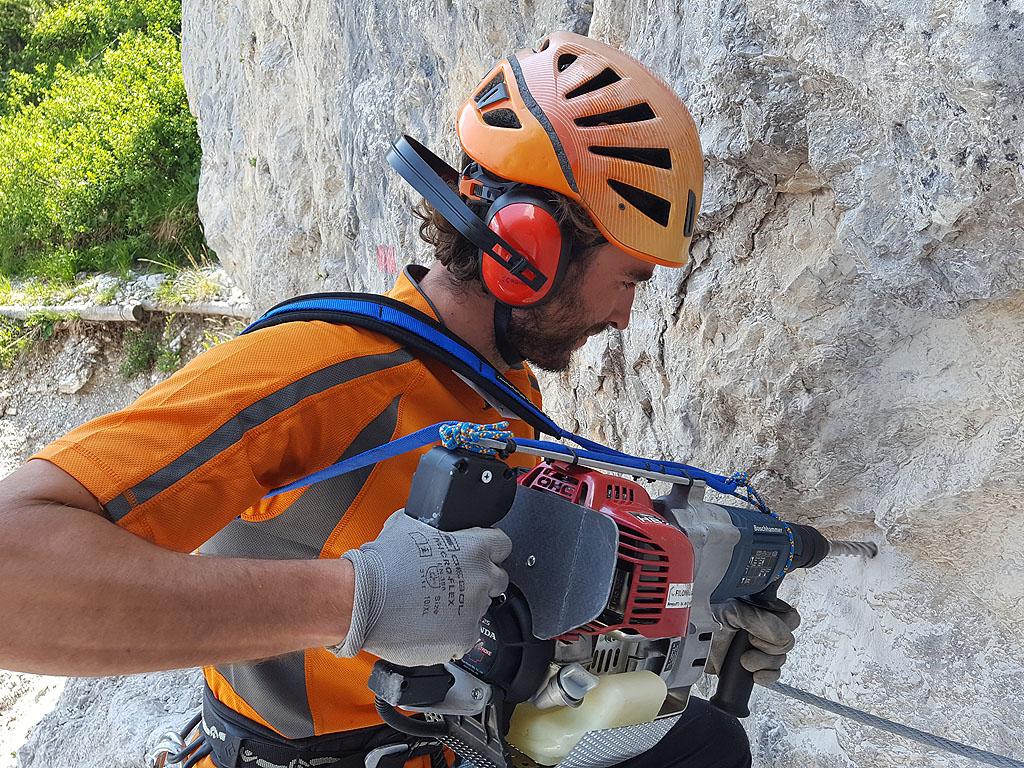 I lavori di ripristino della Via Ferrata Corbellini nelle Dolomiti Pesarine