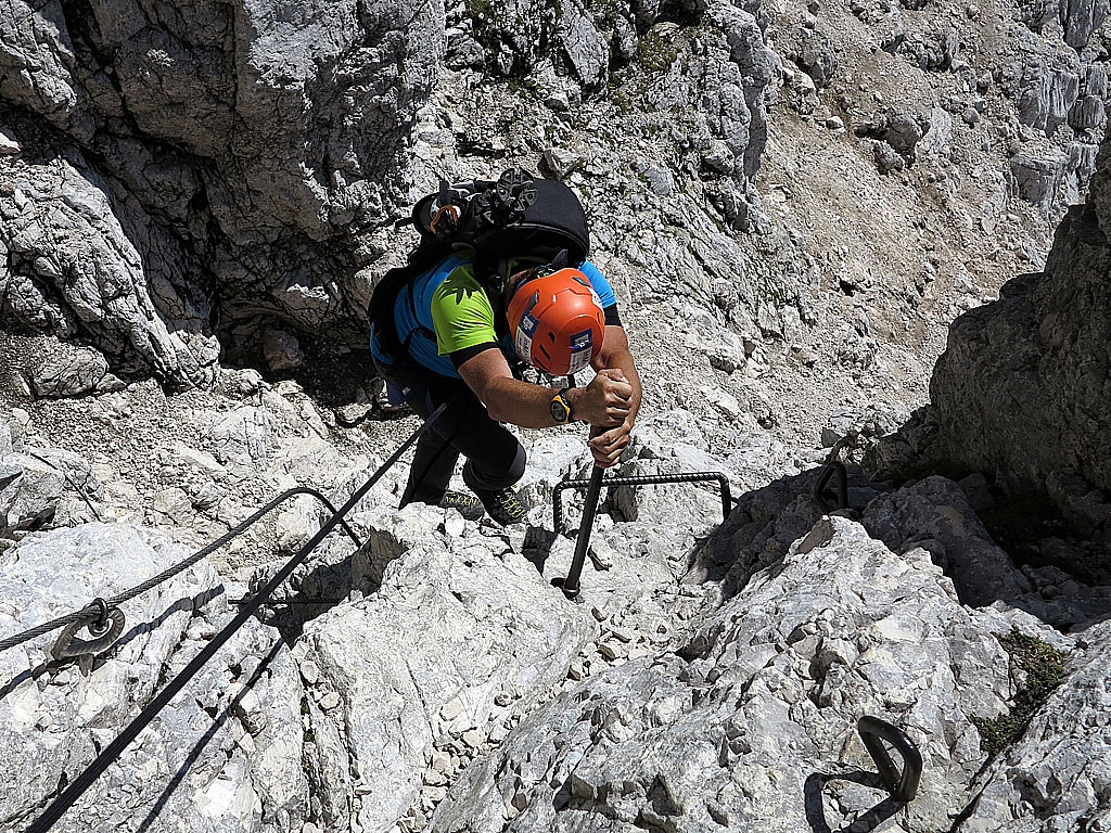 Il tratto iniziale della Ferrata Pipan che sale sulla cima del Montasio nelle Alpi Giulie