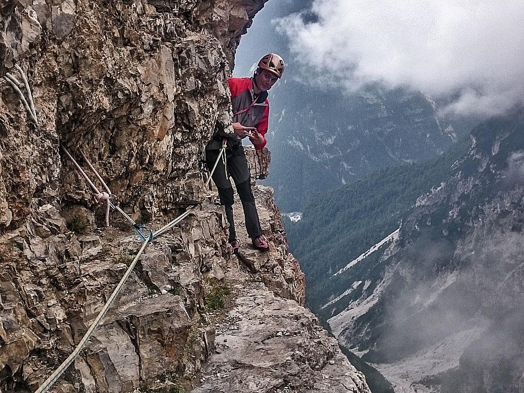 Al termine del famoso traverso molto esposto sul Campanile di Val Montanaia nelle Dolomiti Friulane