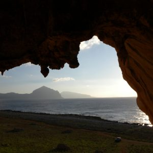 Strapiombi e stalattiti per questa falesia sul mare