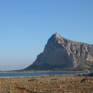 Il Monte Monaco che domina la baia