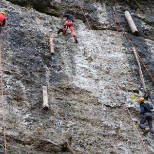 Arrampicando con picche e ramponi sui didattici strapiombi di Chiaulis