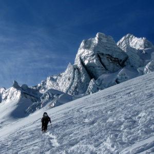 Scialpinismo sul ghiacciaio del Piz Buin in Silvretta, non lontano da una grossa seraccata