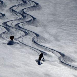 Tracce come pennellate durante una discesa di sci alpinismo