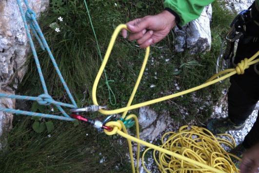 Manovre di corda in sosta durante il corso roccia base