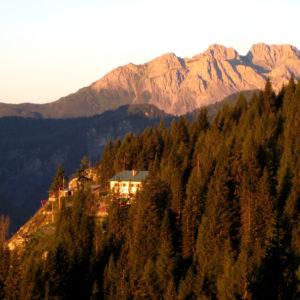 Il Rifugio de Gasperi dal sentiero attrezzato Regolo Corbellini