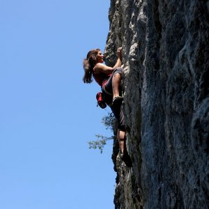 Tacche e verticalità in un tiro di arrampicata in falesia