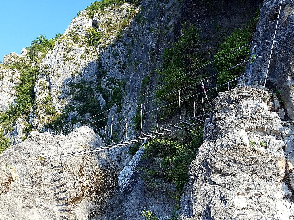Il ponte verso il Pulpito Panoramico sulla ferrata La Farina del Diavolo a Villa Santina nelle Alpi Carniche