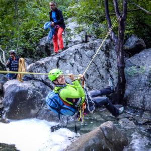 Traversando un rio nella valle di Paklenica in Croazia