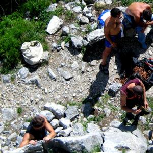 Un momento di lezione durante il corso di arrampicata sportiva in falesia