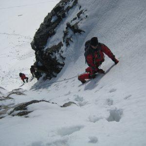 Salendo una breve paretina durante il corso di Alta Montagna