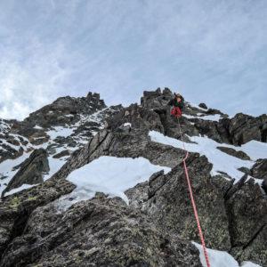 in arrampicata lungo la cresta che ci porterà in cima