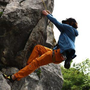 Passaggio in strapiombo durante il corso arrampicata perfezionamento