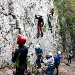 Primi passi durante il corso di arrampicata base