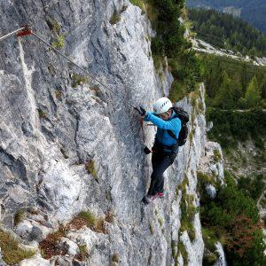 Il famoso traverso della Ferrata Costantini in Moiazza nelle Dolomiti