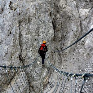 Il ponte tibetano che collega le torri del Daumling nelle Alpi Carniche