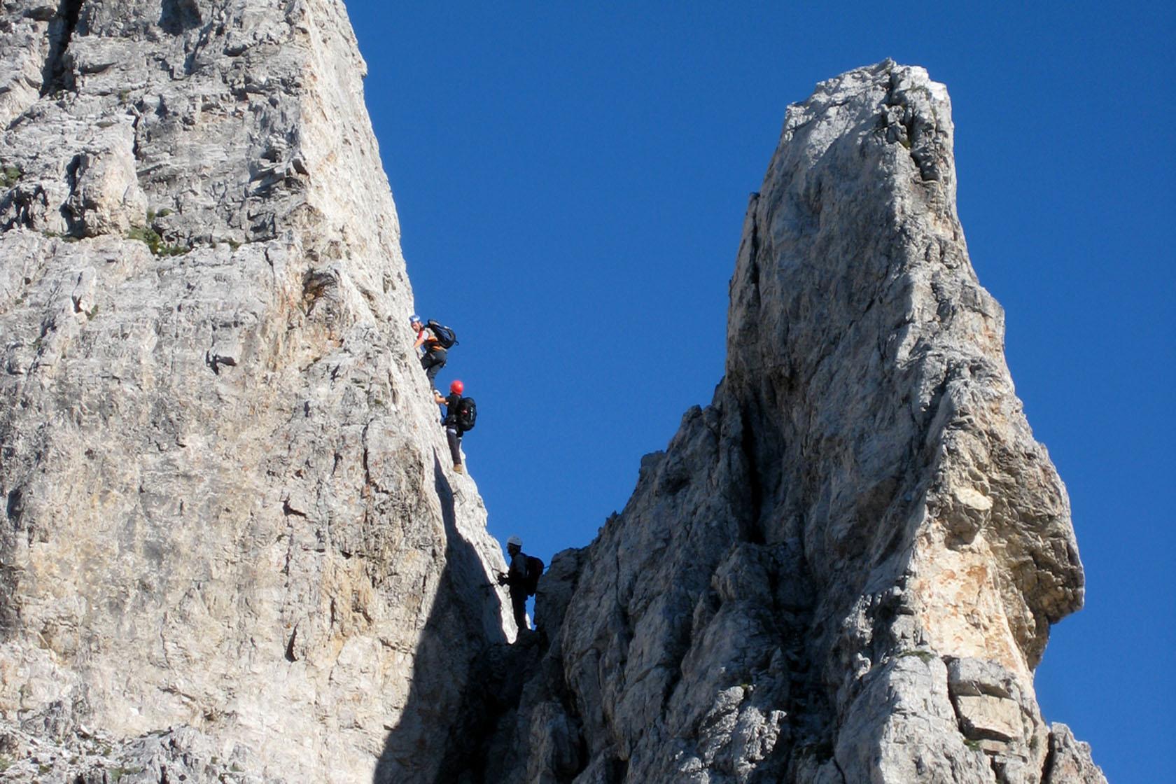 Tratto verticale e esposto della Ferrata dei 50 nelle Dolomiti Pesarine