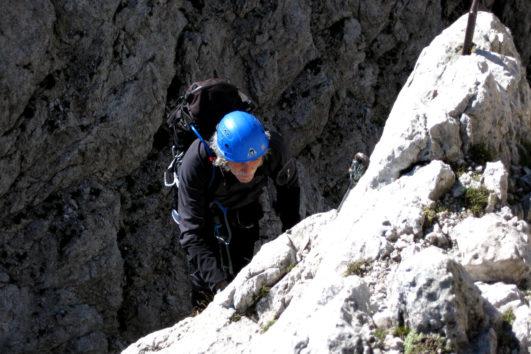 Salendo un tratto aereo della Ferrade dei 50 nelle Dolomiti Pesarine