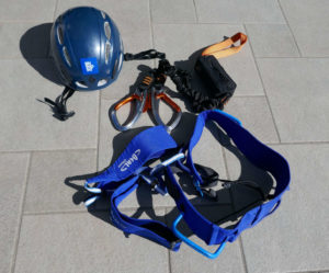 Kit da utilizzare in ferrata composto da casco - imbraco - kit moschettoni e dissipatore