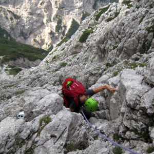 Tratti di arrampicata lungo la Via di Dogna in Montasio