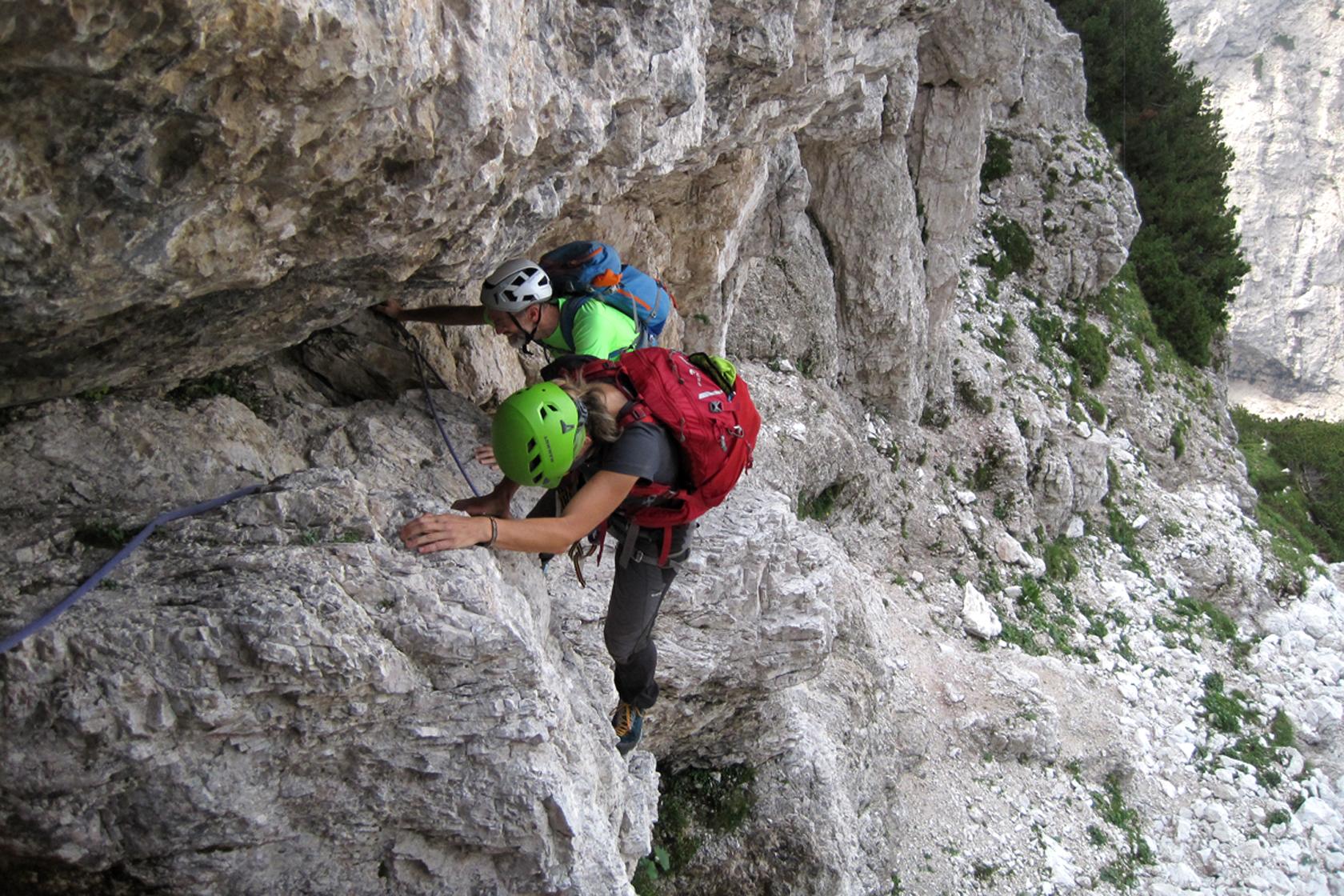 Tratto di arrampicata sopra il Bivacco Muschi lungo la Via di Dogna in Montasio