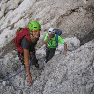 Lasciata la Grande Cengia ci si porta con semplice arrampicata verso il Bivacco Muschi sulla Via di Dogna in Montasio