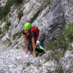 Salendo verso il Pas Cjatif lungo la Via di Dogna in Montasio