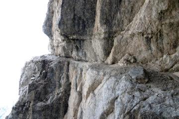 Un tratto dell'evidente percorso lungo la Cengia Degli Dei sullo Jof Fuart