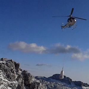 L'elicottero trasporta i carichi per la ferrata del Ceria Merlone