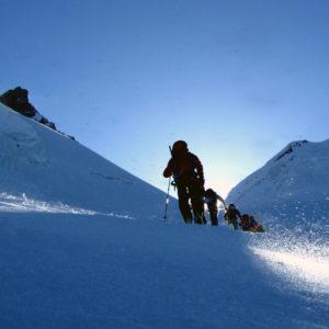 Contrasti di luci salendo con gli sci da scialpinismo