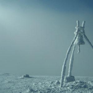 La campana di vetta in una suggestiva giornata invernale