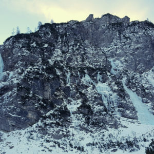 Il circo della Val Saisera con la cascata Biele Furlane