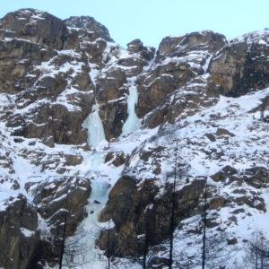 Le cascate di ghiaccio si formano anche lungo effimere colate d'acqua