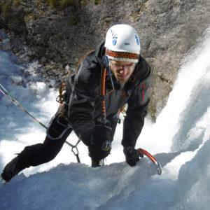 Dentro il colatoio della cascata di ghiaccio
