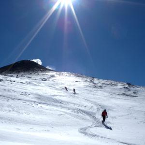 Curve in neve trasformata dalla cima dell'Etna